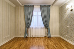 Rideaux en décoration de fenêtre Image stock
