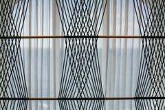 Rideaux nets sur la fenêtre avec le modèle de corde Photographie stock libre de droits