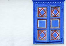 Riden ut fönsterram med härliga blåa garneringar Arkivfoton