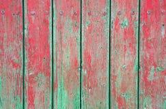 Riden ut gammal wood naturlig urblekt gräsplan och röd målad bakgrund Arkivfoto