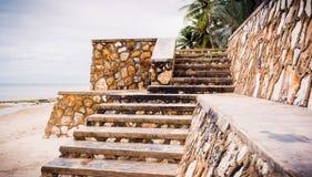 Riden ut konkret trappa med formen, urblekt målarfärg och att smula royaltyfri foto