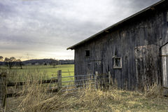 Riden ut ladugård till rätten med staketet Arkivfoton