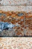 Riden ut tegelstenvägg i stads- miljö royaltyfri fotografi