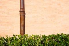 Riden ut tegelstenvägg med röravloppsrännan Detalj av fasaden av ett hus Fotografi tagen utomhus bakgrund av tegelsten Royaltyfri Fotografi