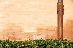 Riden ut tegelstenvägg med röravloppsrännan Detalj av fasaden av ett hus Fotografi tagen utomhus bakgrund av tegelsten Royaltyfria Foton