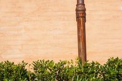Riden ut tegelstenvägg med röravloppsrännan Detalj av fasaden av ett hus Fotografi tagen utomhus bakgrund av tegelsten Arkivbild
