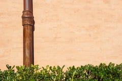 Riden ut tegelstenvägg med röravloppsrännan Detalj av fasaden av ett hus Fotografi tagen utomhus bakgrund av tegelsten Arkivbilder