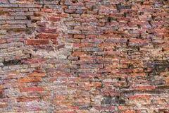 Riden ut textur av nedfläckad gammal mörk brunt och vägg för röd tegelsten t Royaltyfria Foton