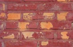 Riden ut textur av nedfläckad gammal mörk brunt och väggen för röd tegelsten Royaltyfria Bilder