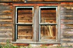 Riden ut trä och målarfärg på väggen av det gamla huset Royaltyfria Bilder