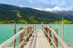 Riden ut träpir på den alpina sjön royaltyfri fotografi