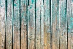 Riden ut turkos färgade målarfärg på lantlig träpanel fotografering för bildbyråer