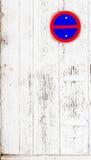 Riden ut vit trädörr med gå i flisor målarfärg och skalning Arkivbild