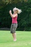 Ridendo e saltando, donna in buona salute che si gode di! Fotografia Stock