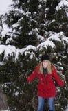Ridendo nella neve Fotografie Stock Libere da Diritti