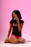 Ridendo sul telefono Fotografia Stock Libera da Diritti