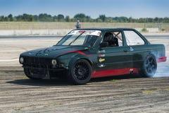 Rider Alexey Kosogov sur la marque BMW de voiture surmonte la voie Photographie stock libre de droits