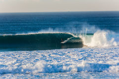 Rider Big Wave Excitement que practica surf Foto de archivo