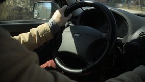 Rider den sk?ggiga mannen f?r livsstilen en bil som rymmer styrhjulet med hans h?nder stock video