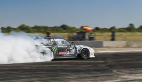 Rider Dmytro Illyuk sur la marque Nissan de voiture surmonte la voie Photographie stock