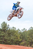 Rider Gets Airborne Going Over-Sprong in Motocrossras stock afbeelding