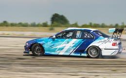 Rider Igor Zapisniy en la marca BMW del coche supera la pista Foto de archivo