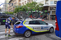 Rider Jens Kelkeleire Orica Scott With Team Car And Bikes Stockfoto
