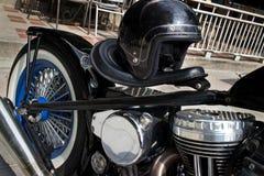 Rider Motorcycle bajo con el casco y Chrome negros Foto de archivo libre de regalías