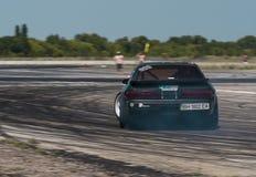 Rider Nikolay Volkov sur la marque Nissan de voiture surmonte le trac Photographie stock libre de droits