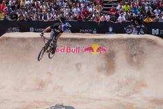 Rider Thrills Crowd avec le saut Image libre de droits