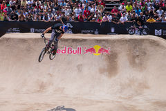 Rider Thrills Crowd com salto Imagem de Stock Royalty Free