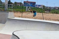 Rider Upside Down On en sparkcykel Arkivbilder