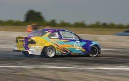 Rider Vladimir Nikiforov sur la marque BMW de voiture surmonte le tra Images stock