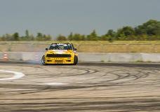 Rider Vladimir Palariev en la marca BMW del coche supera el trac Imagen de archivo libre de regalías