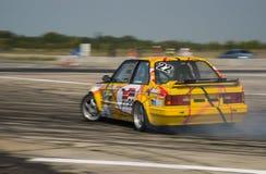 Rider Vladimir Palariev en la marca BMW del coche supera el trac Imágenes de archivo libres de regalías