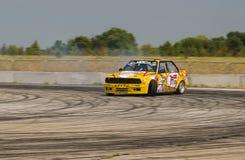 Rider Vladimir Palariev en la marca BMW del coche supera el trac Imagenes de archivo