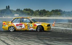 Rider Vladimir Palariev sur la marque BMW de voiture fait une erreur Photos stock