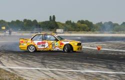Rider Vladimir Palariev sur la marque BMW de voiture fait une erreur Photos libres de droits