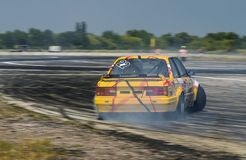 Rider Vladimir Palariev sur la marque BMW de voiture surmonte le trac Photo stock