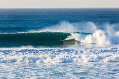 Rider Wave Wall que practica surf Imágenes de archivo libres de regalías