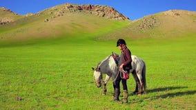 Rider Woman con il cavallo mongolo video d archivio