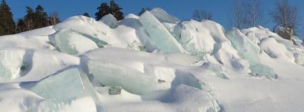 Ridge av isstenblock på en skogbakgrund Royaltyfria Bilder