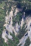Ridge av jordpyramider i Hautesen-Alpes, Frankrike royaltyfri fotografi