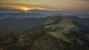Ridge di Svidovec in Ucraina durante il tramonto Montagne carpatiche di estate, Ucraina di vista aerea fotografia stock libera da diritti