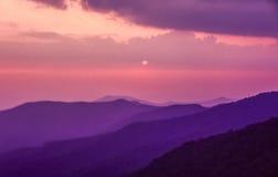 Ridge Mountains azul no por do sol foto de stock