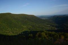Ridge Mountains bleu dans le crépuscule de début de l'été Photo stock