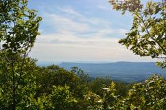 Ridge Mountains bleu en été Photo stock