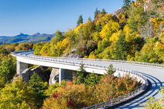 Ridge Parkway azul, Linn Cove Viaduct Imagem de Stock Royalty Free
