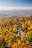 Ridge Parkway blu in autunno ad alba Fotografie Stock