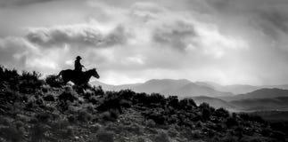 Ridge Rider Silhouette et sa terre dans le style de pano et noir et blanc solitaires Images libres de droits